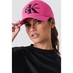 Calvin Klein Czapka baseballowa Re-Issue - Pink. Różowe czapki damskie Calvin Klein, z nadrukiem. W wyprzedaży za 88,17 zł.