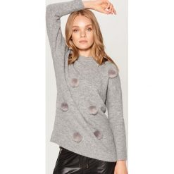 Sweter z puszkami - Szary. Szare swetry klasyczne damskie marki Mohito, l. Za 139,99 zł.