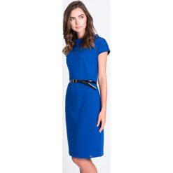 Kobaltowa prosta sukienka z paskiem QUIOSQUE. Niebieskie sukienki dzianinowe QUIOSQUE, do pracy, w paski, biznesowe, ze stójką, z krótkim rękawem, mini, proste. W wyprzedaży za 139,99 zł.
