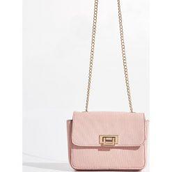 Torebka na łańcuszku - Różowy. Czerwone torebki klasyczne damskie Sinsay. W wyprzedaży za 39,99 zł.