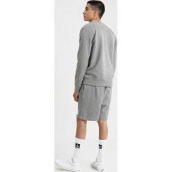 Calvin Klein Jeans INSTITUTIONAL BOX CREW NECK Bluza grey. Szare bluzy męskie Calvin Klein Jeans, m, z bawełny. Za 419,00 zł.