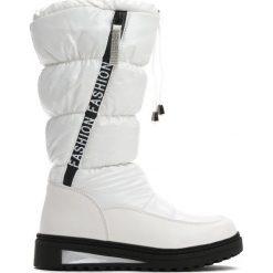 Białe Śniegowce Humbleness. Białe kozaki dziewczęce marki Born2be, z materiału, z okrągłym noskiem, na płaskiej podeszwie. Za 109,99 zł.