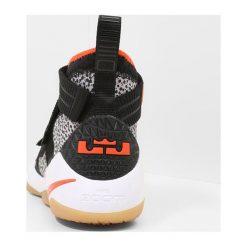 Nike Performance LEBRON SOLDIER XI SFG Obuwie do koszykówki black/team orange/white/atmosphere grey. Czarne buty skate męskie Nike Performance, z materiału. W wyprzedaży za 471,20 zł.