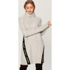 Swetrowa sukienka z kontrastowymi wstawkami - Jasny szar. Szare sukienki z falbanami marki Mohito, l, z kontrastowym kołnierzykiem. Za 129,99 zł.
