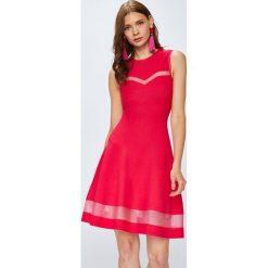 Guess Jeans - Sukienka. Czerwone sukienki dzianinowe marki Guess Jeans, na co dzień, m, z aplikacjami, casualowe, z okrągłym kołnierzem, midi, rozkloszowane. W wyprzedaży za 479,90 zł.