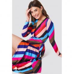 Trendyol Sukienka w paski z wiązaniem - Multicolor. Szare sukienki z falbanami marki Trendyol, na co dzień, z elastanu, casualowe, midi, dopasowane. Za 161,95 zł.