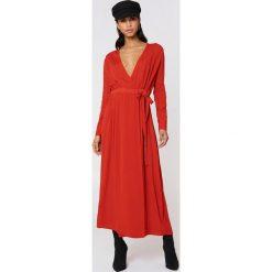 NA-KD Boho Sukienka maxi z długim rękawem - Red. Niebieskie długie sukienki marki NA-KD Boho, na imprezę, w koronkowe wzory, z koronki, boho, na ramiączkach. W wyprzedaży za 142,07 zł.