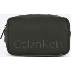 Calvin Klein - Kosmetyczka. Czarne kosmetyczki męskie Calvin Klein, z materiału, duże. W wyprzedaży za 199,90 zł.