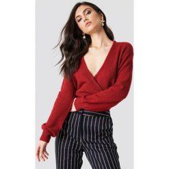 NA-KD Trend Sweter z kopertowym dekoltem - Red. Czerwone swetry oversize damskie NA-KD Trend. Za 121,95 zł.