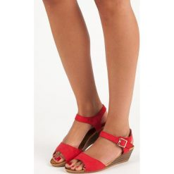 SOPHIE czerwone sandały na koturnie czerwone. Czerwone sandały damskie ABLOOM, na koturnie. Za 58,90 zł.