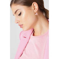 Kolczyki damskie: NA-KD Accessories Trójkątne kolczyki z żywicy – Pink,Multicolor