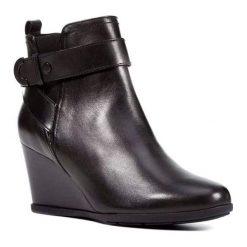 Skórzane botki w kolorze czarnym. Czarne botki damskie na obcasie Geox, Pepe Jeans, z materiału, z okrągłym noskiem, z paskami. W wyprzedaży za 319,95 zł.