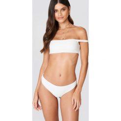 Bikini: Debiflue x NA-KD Dół bikini ze średnim stanem - White