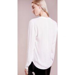 Bruuns Bazaar LIVA TOP Bluzka white. Białe bluzki asymetryczne Bruuns Bazaar, z materiału. Za 469,00 zł.