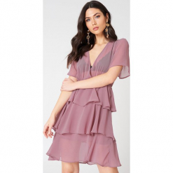 NA-KD Boho Sukienka z trójwarstwową falbanką - Pink. Niebieskie sukienki boho marki NA-KD Boho, na imprezę, w koronkowe wzory, z koronki, na ramiączkach, mini. W wyprzedaży za 97,17 zł.