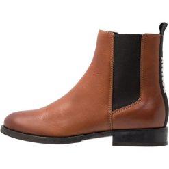 Tommy Jeans BASIC CLASSIC CHELSEA BOOT Botki brown. Brązowe botki damskie skórzane marki Tommy Jeans, klasyczne. Za 649,00 zł.