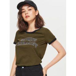 Koszulka w stylu lat 90-tych - Khaki. Brązowe t-shirty damskie marki Cropp, l. Za 29,99 zł.