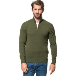 Golfy męskie: Sweter w kolorze oliwkowym