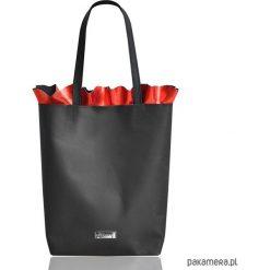 Torebki i plecaki damskie: Skórzana torba z falbanką