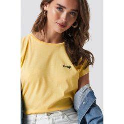 NA-KD T-shirt z surowym wykończeniem i haftem - Yellow. Żółte t-shirty damskie NA-KD, z haftami, z jersey, z okrągłym kołnierzem. Za 72,95 zł.