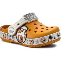 Klapki CROCS - Cb Star Wars Hero Clog K 202171 Multi. Brązowe klapki chłopięce marki Crocs, z tworzywa sztucznego. Za 149,00 zł.