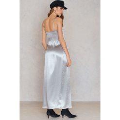 Długie sukienki: Rebecca Stella Sukienka długa z wysokim rozcięciem satynowa - Silver