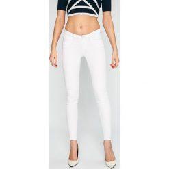 Noisy May - Jeansy. Białe jeansy damskie marki Noisy May, z bawełny, z obniżonym stanem. W wyprzedaży za 119,90 zł.