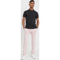 Spodnie męskie: Tommy Jeans SLIM PRINTED SOFT Chinosy violet ice