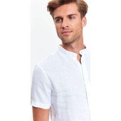 KOSZULA MĘSKA LNIANA ZE STÓJKĄ O KROJU SLIM. Szare koszule męskie na spinki marki Top Secret, w ażurowe wzory. Za 49,99 zł.