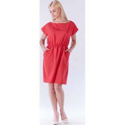 Różowa Sukienka z Gumkami w Talii z Kimonowym Rękawkiem. Czerwone sukienki dzianinowe marki Molly.pl, do pracy, l, biznesowe, z krótkim rękawem, mini, proste. Za 119,90 zł.