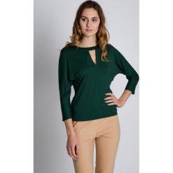 Dzianinowa bluzka typu nietoperz BIALCON. Zielone bluzki nietoperze BIALCON, z dzianiny, eleganckie. W wyprzedaży za 88,00 zł.