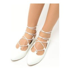 Białe Balerinki Coco. Szare baleriny damskie marki Born2be, w paski, ze skóry, na płaskiej podeszwie. Za 39,99 zł.