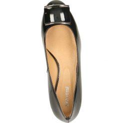 Czółenka LATINA. Czarne buty ślubne damskie marki Gino Rossi, z lakierowanej skóry, na słupku. Za 299,90 zł.
