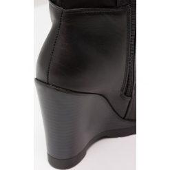 Lost Ink TANYA ZIP SIDE WEDGE BOOT Kozaki na obcasie black. Czarne buty zimowe damskie marki Born2be, z materiału, z okrągłym noskiem, na niskim obcasie, na koturnie. W wyprzedaży za 209,30 zł.