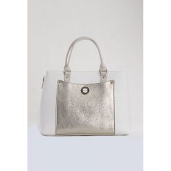 Torebka z błyszczącą kieszenią. Szare torebki klasyczne damskie marki Monnari, w paski, ze skóry. Za 103,60 zł.