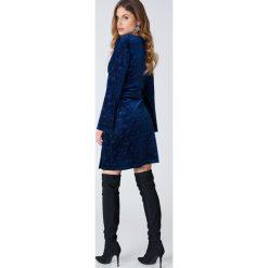 Qontrast X NA-KD Aksamitna sukienka kopertowa we wzory - Blue. Niebieskie sukienki na komunię marki Qontrast x NA-KD, z kopertowym dekoltem, kopertowe. W wyprzedaży za 101,48 zł.