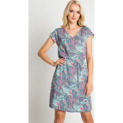 Luźna sukienka ze wzorem z wiązaniem QUIOSQUE. Szare sukienki mini marki QUIOSQUE, na lato, l, w kolorowe wzory, z wiskozy, wakacyjne, z krótkim rękawem. W wyprzedaży za 99,99 zł.
