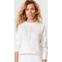 Bluzy damskie: Bluza z tłoczonym napisem – Biały
