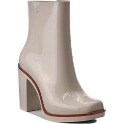 Botki MELISSA - Classic Boot Ad 31994  Beige/Brown 51387. Brązowe buty zimowe damskie marki Melissa, z tworzywa sztucznego, na obcasie. W wyprzedaży za 349,00 zł.