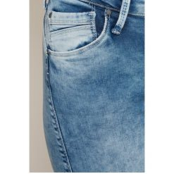 Pepe Jeans - Jeansy. Niebieskie jeansy damskie marki Pepe Jeans, z aplikacjami, z bawełny. W wyprzedaży za 239,90 zł.