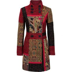 Płaszcz w połączeniu różnych materiałów i wzorów bonprix czerwono-kolorowy. Czerwone płaszcze damskie bonprix, w kolorowe wzory, z materiału. Za 319,99 zł.