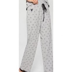 Spodnie piżamowe z nadrukiem Mickey Mouse Special Collection - Szary. Szare piżamy damskie Mohito, l, z motywem z bajki. Za 49,99 zł.