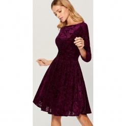 Rozkloszowana sukienka z tkaniny devore - Bordowy. Czerwone sukienki rozkloszowane marki numoco, na ślub cywilny, l, z elastanu, eleganckie, z klasycznym kołnierzykiem, maxi. Za 149,99 zł.