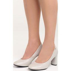 Szare Czółenka Comfy-Looking. Szare buty ślubne damskie marki Born2be, ze skóry, z okrągłym noskiem, na obcasie. Za 69,99 zł.