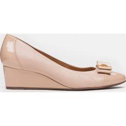 Czółenka damskie beżowe. Brązowe buty ślubne damskie marki Kazar, z materiału, na wysokim obcasie, na koturnie. Za 469,00 zł.