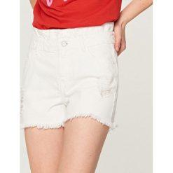 Bermudy damskie: Jeansowe szorty z wysokim stanem – Biały