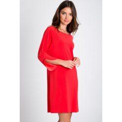 Gładka czerwona prosta sukienka QUIOSQUE. Czerwone sukienki dzianinowe QUIOSQUE, na co dzień, z okrągłym kołnierzem, z długim rękawem, midi, ołówkowe. W wyprzedaży za 49,99 zł.