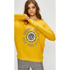 Tommy Jeans - Bluza. Pomarańczowe bluzy z nadrukiem damskie marki Tommy Jeans, l, z bawełny, bez kaptura. Za 399,90 zł.