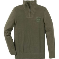 Sweter ze stójką Regular Fit bonprix ciemnooliwkowy. Zielone golfy męskie bonprix, l, z nadrukiem. Za 89,99 zł.