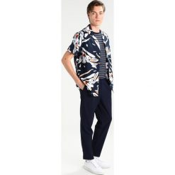 Chinosy męskie: RVLT AKSEL TROUSERS Spodnie materiałowe navy